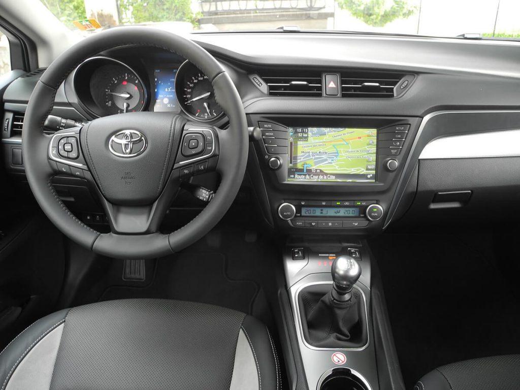Toyota Avensis wynajem samochodów warszawa